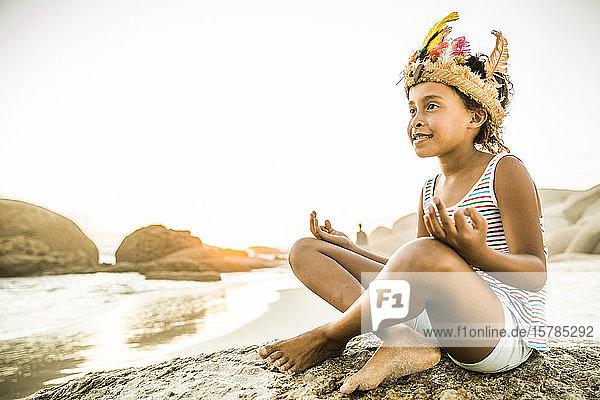 Als indische Prinzessin verkleidetes Mädchen am Strand