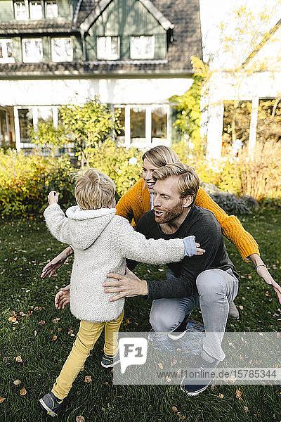 Glückliche  liebevolle Familie im Garten