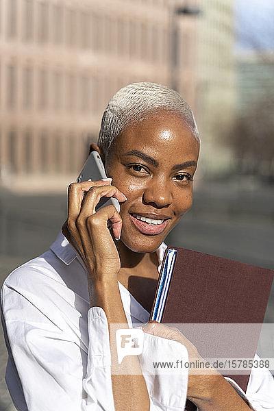 Geschäftsleute gehen in der Stadt spazieren  telefonieren