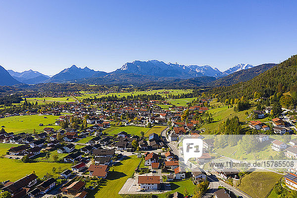 Deutschland  Bayern  Oberbayern  Werdenfelser Land  Gemeinde Wallgau  Luftaufnahme des Dorfes mit dem Wettersteingebirge in der Ferne