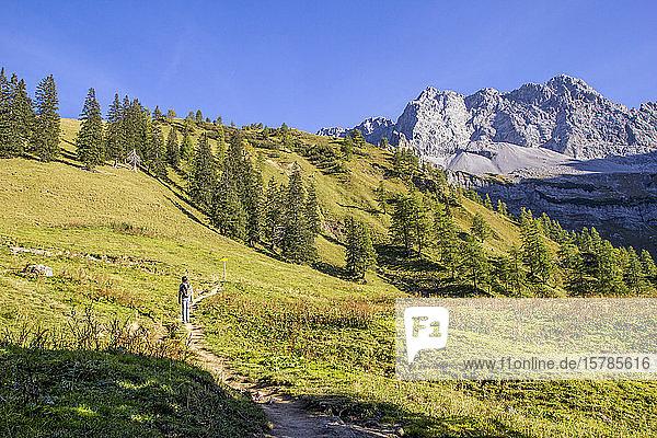 Mann wandert im Herbst im Karwendelgebirge  Hinteriss  Österreich