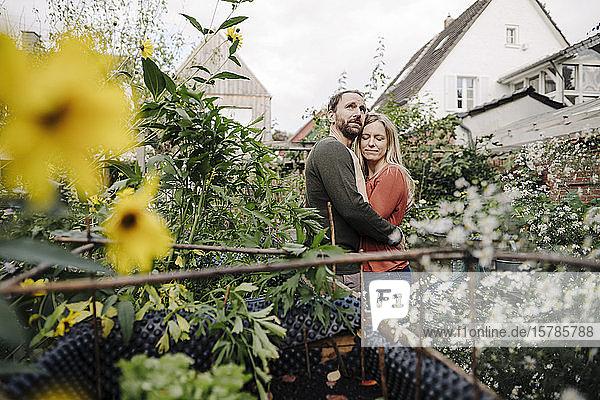 Glückliches Paar genießt seinen Stadtgarten