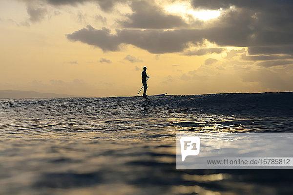 Supersurfer bei Sonnenuntergang  Bali  Indonesien