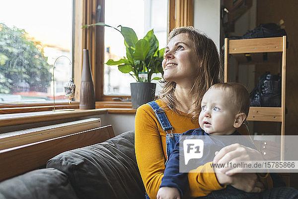 Mutter und Sohn auf dem Sofa mit Blick aus dem Fenster