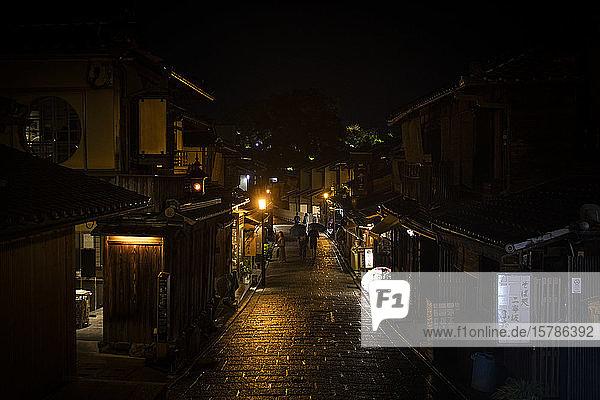 Japan  Kyoto  Altstadtstraße in regnerischer Nacht