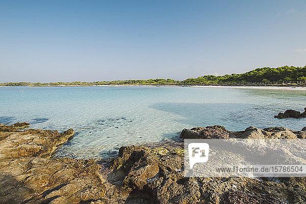 Blick auf den Strand von Son Saura  Menorca  Spanien