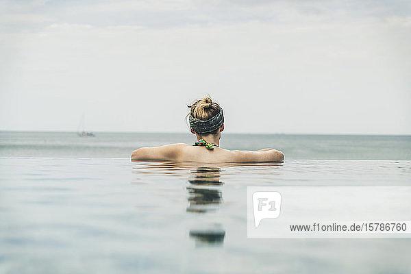 Rückansicht einer Frau im Infinity-Pool  Koh Lanta  Thailand