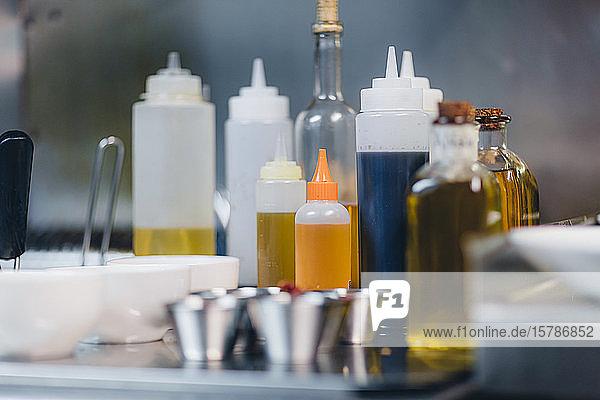 Detail von Gewürzölflaschen in der Restaurantküche