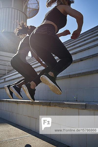 Sportlerinnen  die auf Treppen springen
