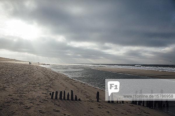 Deutschland  Schleswig-Holstein  Wolken über dem Sandstrand der Insel Sylt in der Abenddämmerung