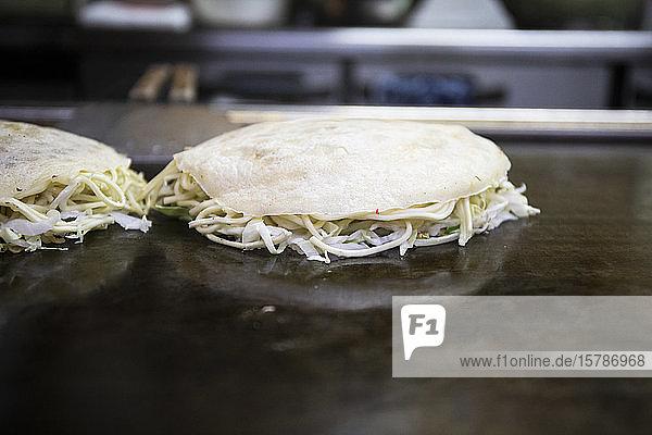 Japan  Kyoto  Okonomiyaki in der Restaurantküche