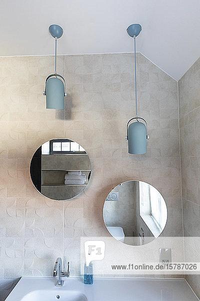 Innenausstattung eines Badezimmers in einer Luxusimmobilie  Spiegel über dem Waschbecken  London  UK