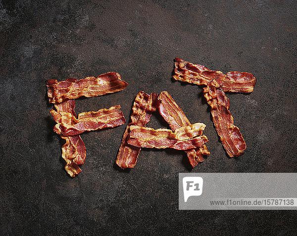 Speckstreifen in Wort FAT gegen Metalloberfläche angeordnet