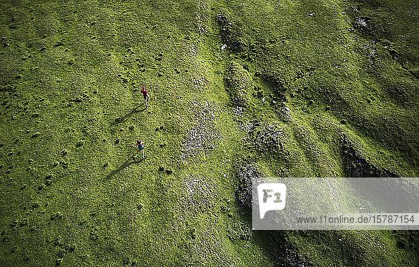Mann und Frau rennen in den Bergen  Drohnenansicht