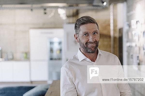 Porträt eines lächelnden reifen Geschäftsmannes im Amt