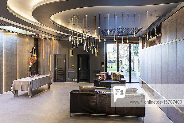 Interieur des Wohnzimmers in einem luxuriösen Anwesen  London  UK