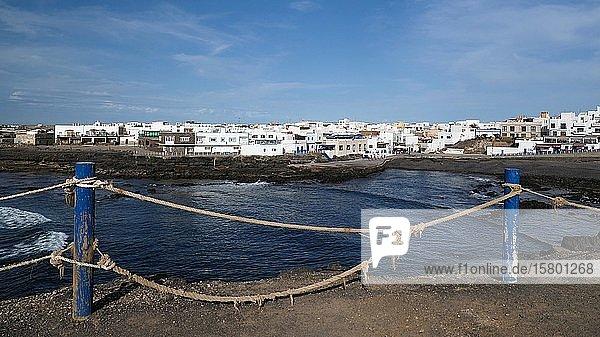 Geländer aus altem Hanfseil mit blauen Holzpfählen  El Cotillo  Fuerteventura  Kanaren  Spanien  Europa