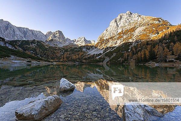 Berge spiegeln sich im Seebensee  Sonnenspitze  Schartenkopf und Vorderer Drachenkopf  Ehrwald  Mieminger Kette  Tirol  Österreich  Europa