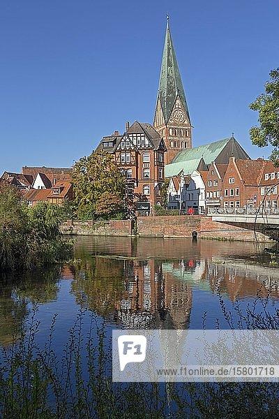 Johanniskirche mit Spiegelung in der Ilmenau  Lüneburg  Niedersachsen  Deutschland  Europa