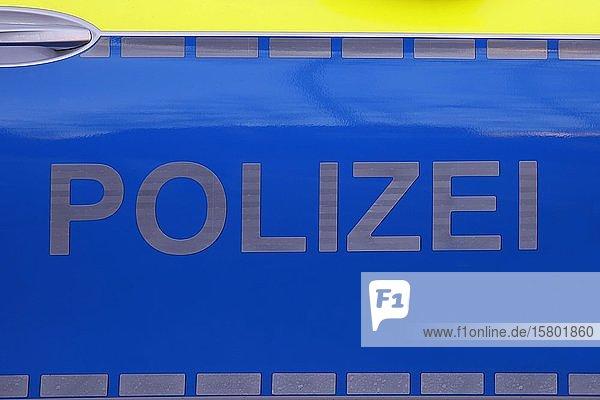 Polizeifahrzeug mit Polizei Schriftzug auf der Seitentür  Hamburg  Deutschland  Europa