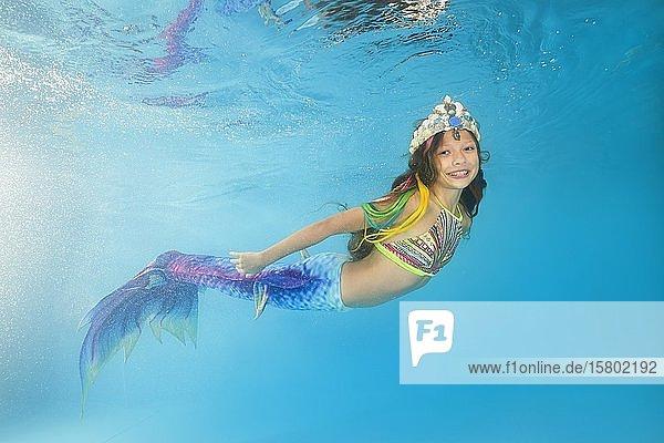 Mädchen im Meerjungfrau Kostüm posiert unter Wasser  Ukraine  Europa