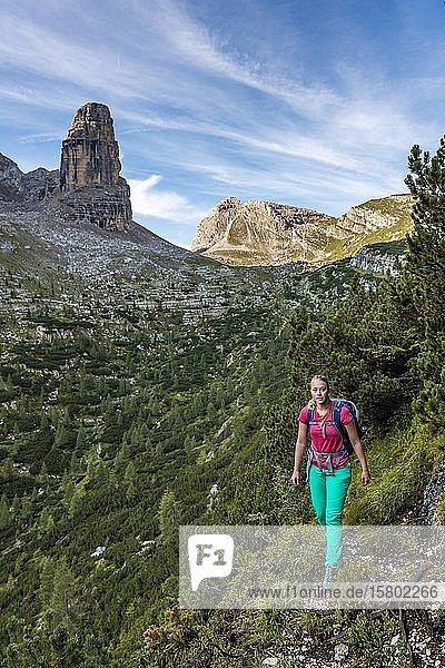 Junge Wanderin auf einem Wanderweg  Sorapiss Umrundung  Dolomiten  Belluno  Italien  Europa