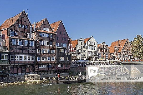 Ein historischer Salz-Ewer fährt am Stintmarkt vorbei  Altstadt  Lüneburg  Niedersachsen  Deutschland  Europa