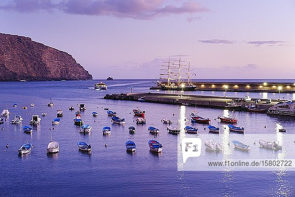Fischerboote im Fischerhafen bei Abenddämmerung  Vueltas  Valle Gran Rey  La Gomera  Kanaren  Spanien  Europa