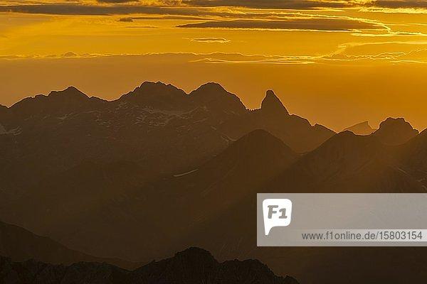 Allgäuer Alpen im goldenen Licht  Gramais  Lechtal  Außerfern  Tirol  Österreich  Europa