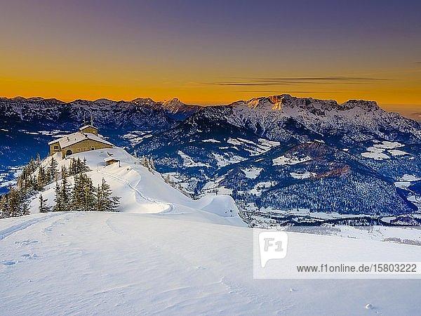 Kehlsteinhaus bei Abenddämmerung  hinten rechts der Untersberg  Winterlandschaft  Nationalpark Berchtesgaden  Berchtesgadener Alpen  Schönau am Königssee  Berchtesgadener Land  Oberbayern  Bayern  Deutschland  Europa