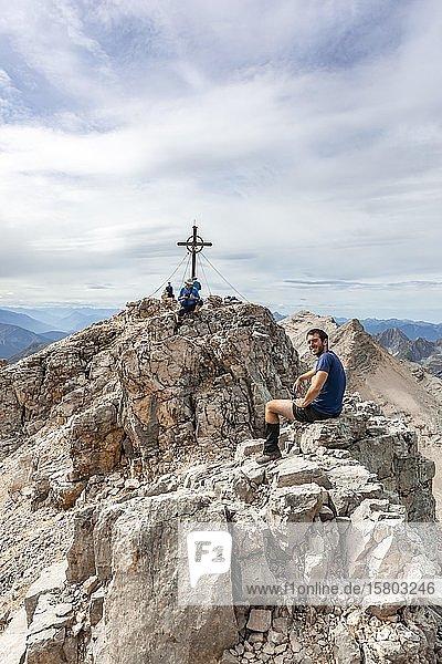 Wanderer macht Pause am Gipfel der Birkkarspitze  Karwendeltal  Tirol  Österreich  Europa