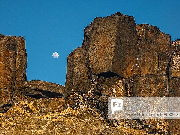 Mondaufgang zwischen Steinen  Fuerteventura  Kanaren  Spanien  Europa