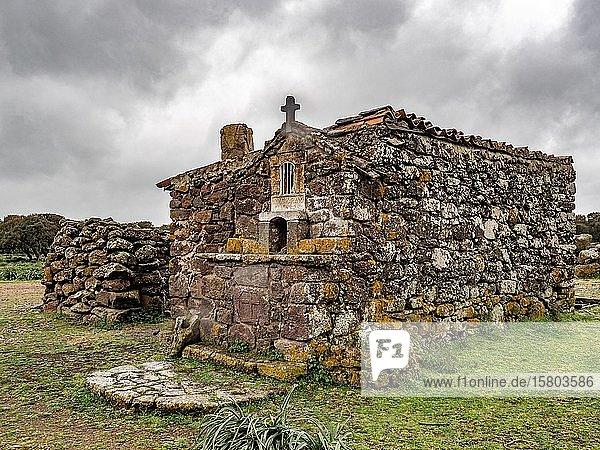 Alte mit Steinen gebaute Kapelle  Giara di Gesturi  Sardinien  Italien  Europa