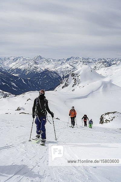 Skitourengeher im Schnee  aufstieg zu den Klammspitzen  Wattentaler Lizum  Tuxer Alpen  Tirol  Österreich  Europa