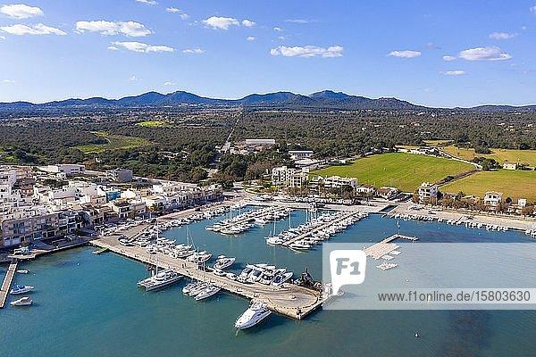 Neuer Hafen mit Marina  Portocolom  Region Migjorn  Luftbild  Mallorca  Balearen  Spanien  Europa