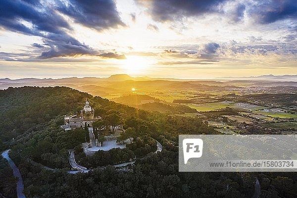 Kloster Santuari de Bonany bei Sonnenuntergang  bei Petra  Drohnenaufnahme  Mallorca  Balearen  Spanien  Europa