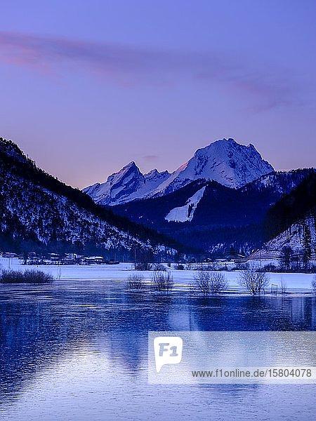 Gefrorener See am Hallthurm  hinten der Watzmann  Winterlandschaft  Bischofswiesen  Berchtesgadener Land  Oberbayern  Bayern  Deutschland  Europa