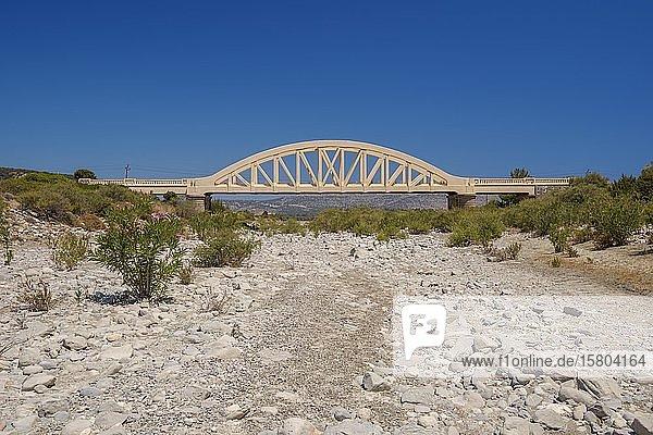 Brücke über ausgetrocknetes Flussbett  Rhodos  Griechenland  Europa