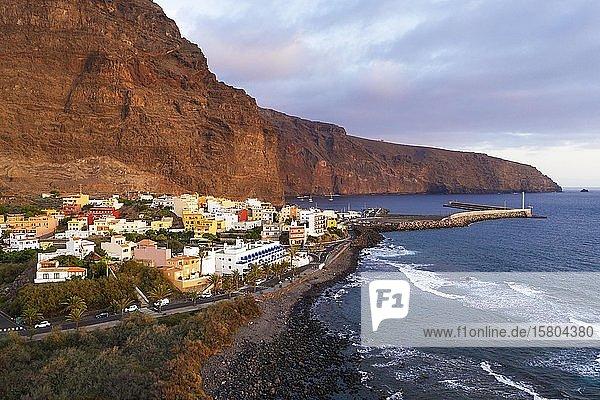 Vueltas mit Hafen im Abendlicht  Valle Gran Rey  Luftbild  La Gomera  Kanaren  Spanien  Europa