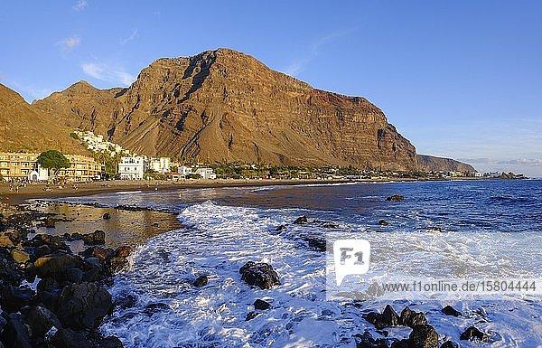 Badestrand in La Playa  hinten La Calera  Valle Gran Rey  La Gomera  Kanaren  Spanien  Europa