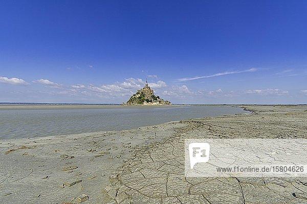 Blick über getrockneten Schlamm am Rand der Salzwiesen bei Ebbe auf Mont-Saint-Michel  Département Ille-et-Vilaine  Frankreich  Europa