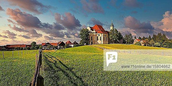 Wieskirche  Wallfahrtskirche zum Gegeißelten Heiland auf der Wies bei abendlichen Wolkenhimmel  Steingarten  Pfaffenwinkel  Bayern  Deutschland  Europa