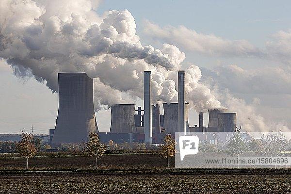 RWE Power AG  Kraftwerk Niederaussem  Braunkohlekraftwerk  dampfende Schlote  Kohleausstieg  Bergheim  Rheinisches Braunkohlerevier  Nordrhein-Westfalen  Deutschland  Europa