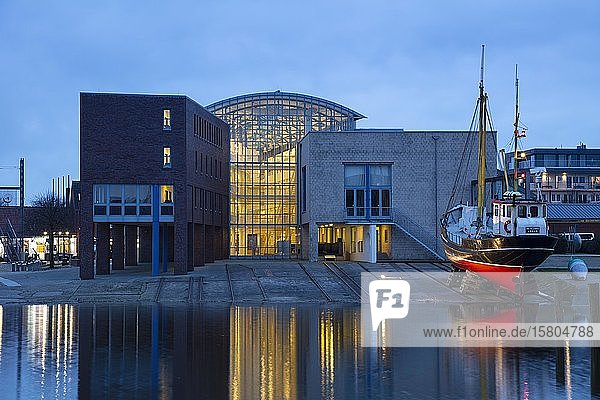 Rathaus am Binnenhafen  Abenddämmerung  Husum  Nordfriesland  Schleswig-Holstein  Deutschland  Europa
