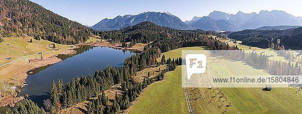 Luftaufnahme  Geroldsee bei Krün  Werdenfelser Land  Karwendelgebirge  Oberbayern  Bayern  Deutschland  Europa