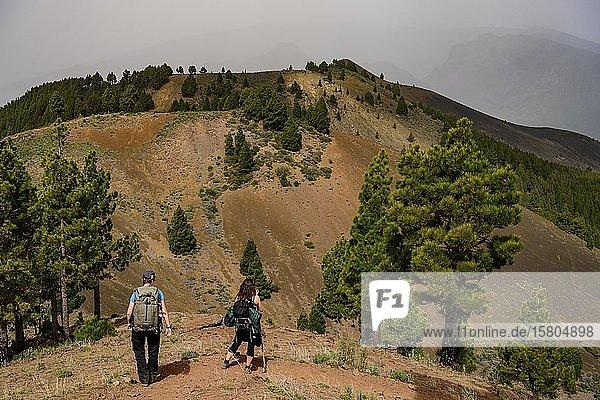 Zwei Frauen wandern zum Vulkan Martin auf La Palma  La Palma  Kanaren  Spanien  Europa