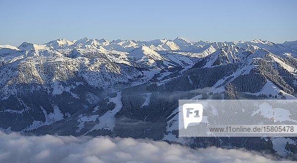 Blick über Brixental  Bergpanorama im Winter  Wolkendecke im Tal  Skigebiet SkiWelt Wilder Kaiser Brixental  Brixen im Thale  Tirol  Österreich  Europa