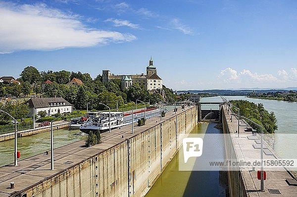 Danube  ship lock  Danube power plant Ybbs Persenbeug  Persenbeug Castle  Ybbs Persenbeug  Strudengau  Lower Austria  Austria  Europe
