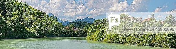 Wild und Gebirgsfluss Lech mit Hohen Schloß  Füssen  Bayern  Deutschland  Europa