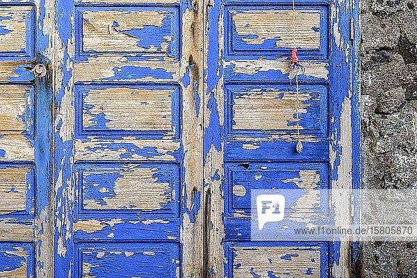 Blaue verwitterte Tür zu einer Felsenwohnung an der Küste von La Palma  Kanaren  Spanien  Europa